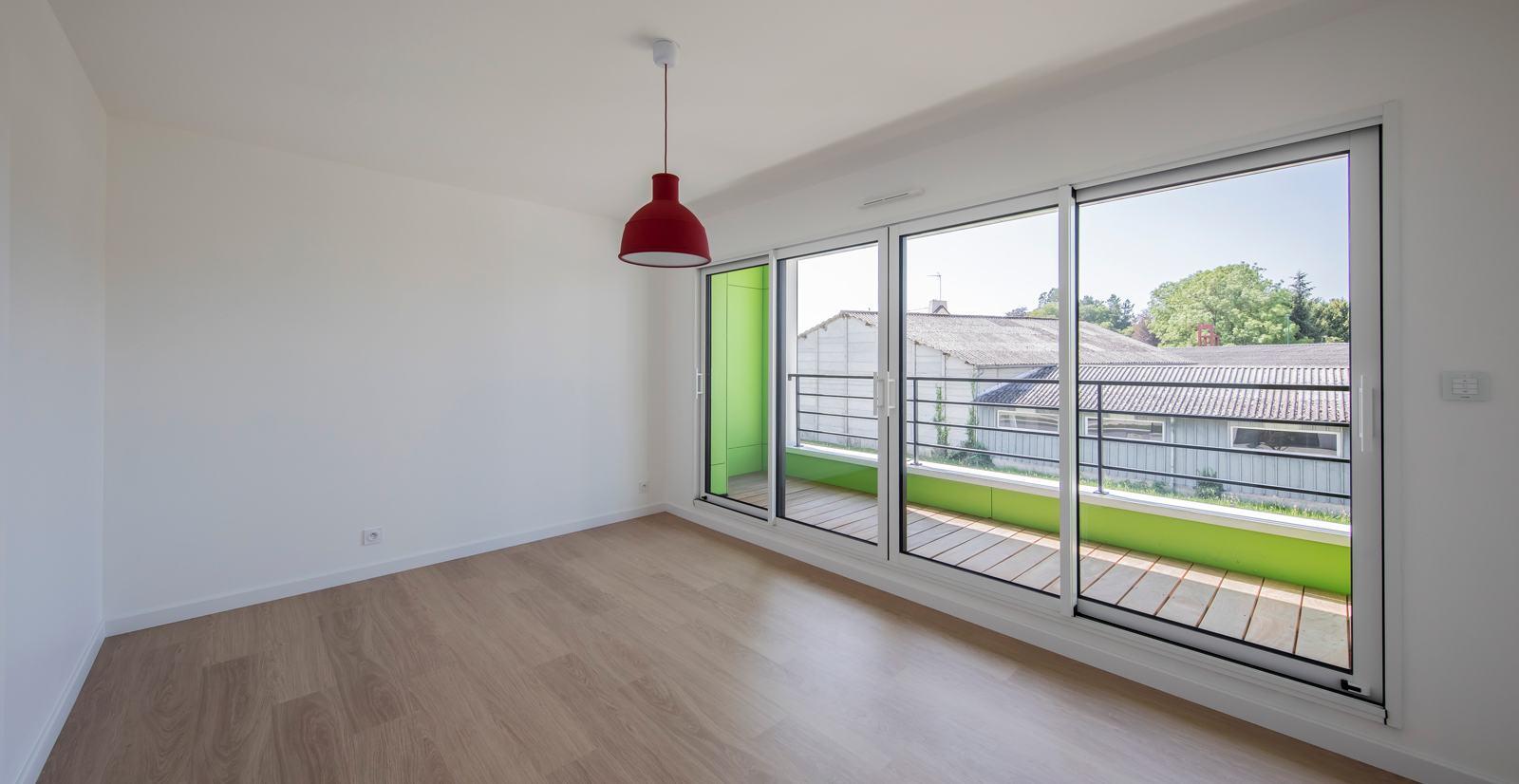 Chambre lumineuse avec grand balcon