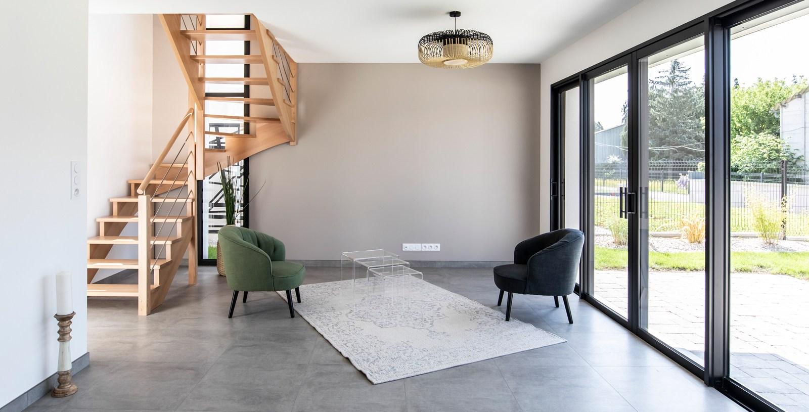 Salon séjour lumineux avec baie 4 vantaux