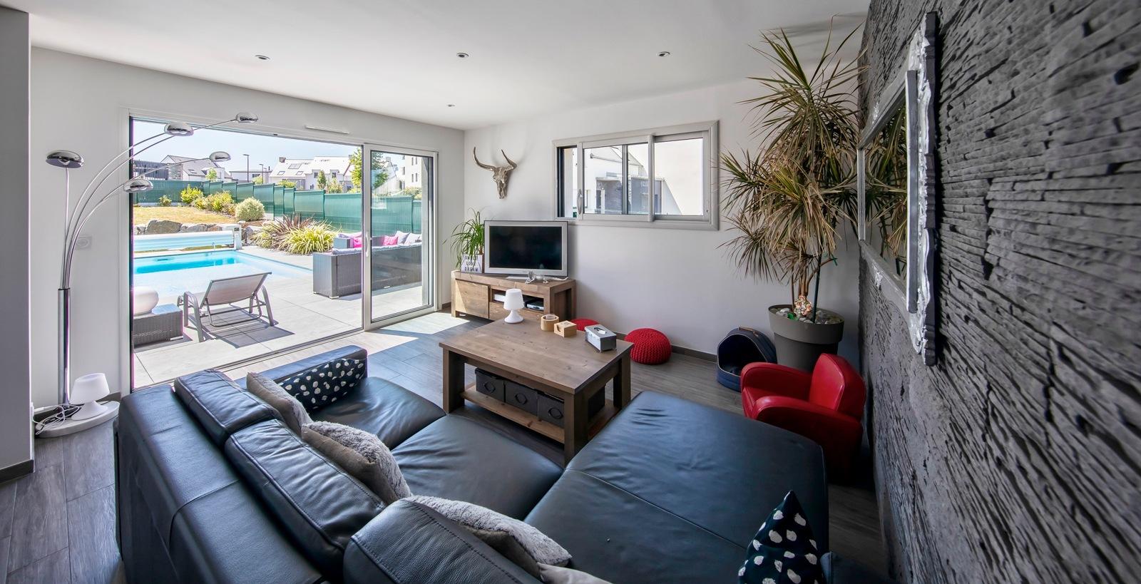 Salon moderne avec parement pierre