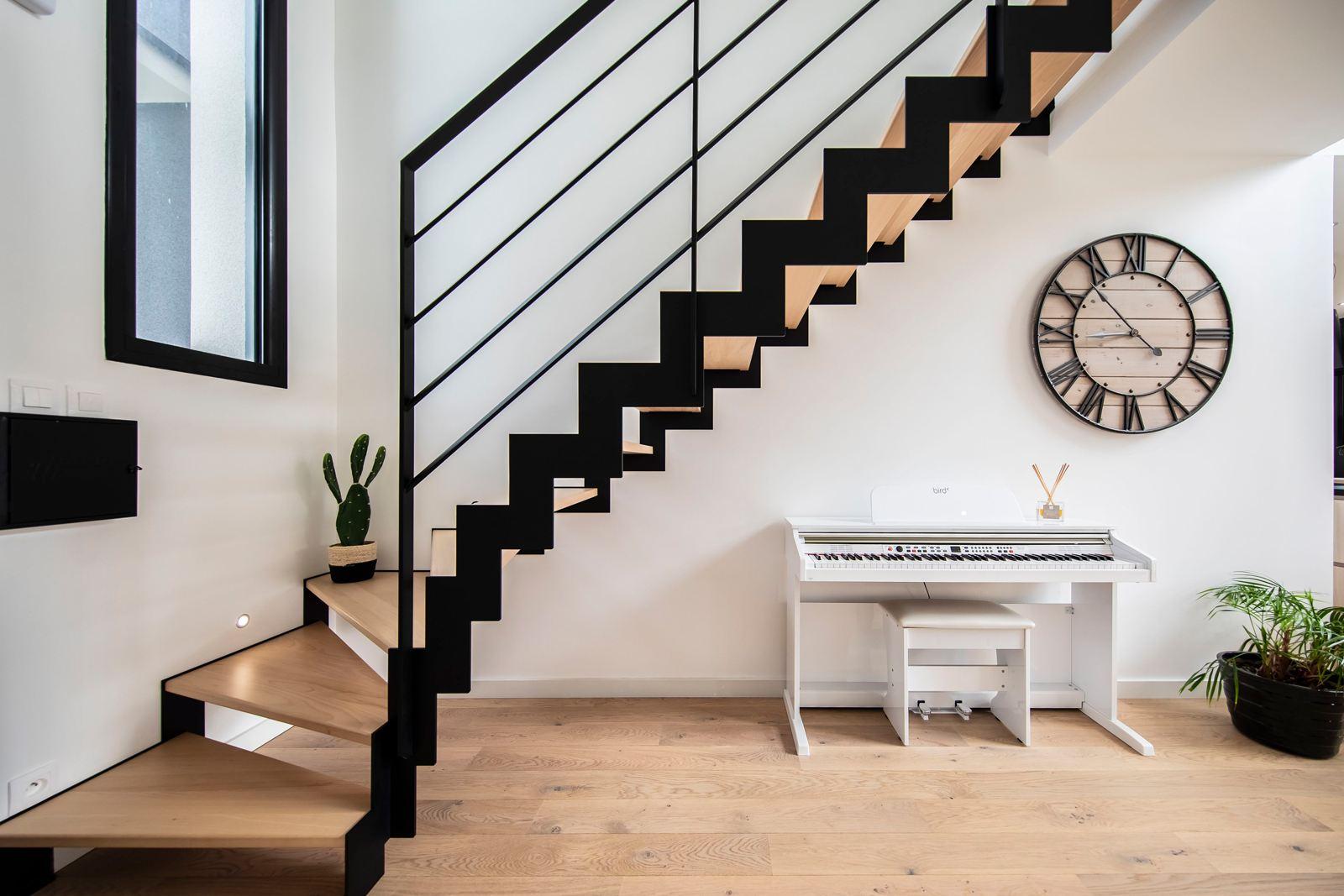 Escalier design en métal et bois